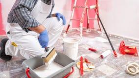 Anstreicherarbeitskraft bei der Arbeit in der Baustelle Geb?ude stockbild