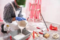 Anstreicherarbeitskraft bei der Arbeit in der Baustelle Geb?ude stockbilder