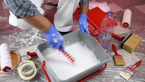 Anstreicherarbeitskraft bereitet die Farbe vor Gebäude stock footage