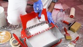 Anstreicherarbeitskraft bereitet die Farbe vor Geb?ude stock footage