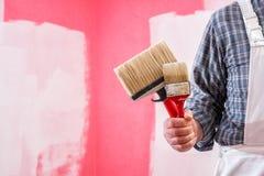 Anstreicherarbeitskraft mit Arbeitswerkzeugen Ziegelsteine, die drau?en legen stockfoto