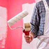 Anstreicherarbeitskraft mit Arbeitswerkzeugen Ziegelsteine, die drau?en legen stockfotos
