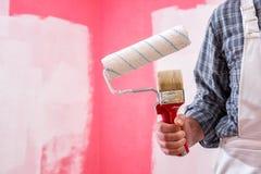 Anstreicherarbeitskraft mit Arbeitswerkzeugen Ziegelsteine, die drau?en legen lizenzfreie stockfotografie