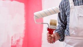 Anstreicherarbeitskraft mit Arbeitswerkzeugen Ziegelsteine, die drau?en legen stockbild