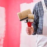 Anstreicherarbeitskraft mit Arbeitswerkzeugen Ziegelsteine, die drau?en legen lizenzfreie stockbilder