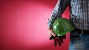 Anstreicherarbeitskraft mit Sturzhelm und Handschuhen in der Hand Gebäude lizenzfreie stockfotos