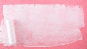Anstreicherarbeitskraftmalerei die rosa Wand mit weißer Farbe Gebäude stock video footage