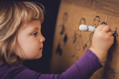Anstrich des kleinen Mädchens Stockfoto