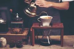 Anstrykning för filtret för koffein för droppandebrygdkaffe rånar koppbegrepp arkivbilder