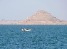 ANSUAN,埃及- 2008年11月18日:小船的奇怪的渔夫。 免版税库存照片