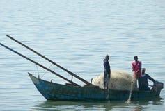 ANSUAN EGYPTEN - NOVEMBER 18, 2008: Konstiga fiskare i ett fartyg. Arkivfoto