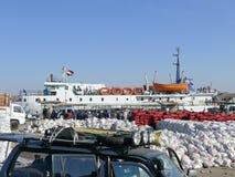ANSUAN EGYPTEN - NOVEMBER 17, 2008: Ladda färjan från Egypten Arkivfoto