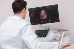 Ansvarig sonographer genom att använda ultraljudmaskinen i sjukhuset royaltyfria foton