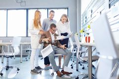 Ansvarslösa ungdomarsom rör till med legitimationshandlingar på kontorsbakgrunden Unprofessionalism begrepp Arkivbild
