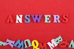 ANSWERSword sur le fond rouge composé des lettres en bois d'ABC de bloc coloré d'alphabet, l'espace de copie pour le texte d'anno image stock