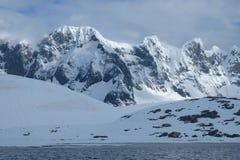 A Antártica entalhou montanhas nevados na luz da manhã no dia nebuloso imagem de stock