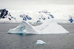 A Antártica - iceberg dado forma pináculo Imagem de Stock Royalty Free