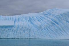 A Antártica, um iceberg azul gigante que flutua no oceano antártico fotos de stock royalty free