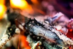 Antända branden Värma den kalla vintern upp på nätterna Arkivfoto