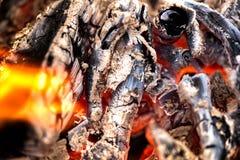 Antända branden Värma den kalla vintern upp på nätterna Royaltyfri Foto