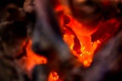 Antända branden Värma den kalla vintern upp på nätterna Fotografering för Bildbyråer