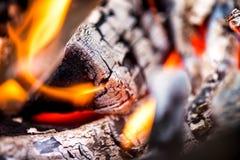 Antända branden Värma den kalla vintern upp på nätterna Royaltyfri Fotografi