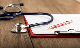 Antécédents médicaux avec le stéthoscope et le stylo Images stock