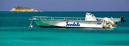 Antígua - barcos da potência do recurso das sandálias imagens de stock