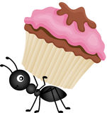 Ant Carrying Cupcake Lizenzfreie Stockfotos