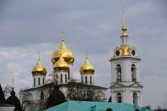 1507 1533 antagande byggde domkyrka?r Kreml i Dmitrov, forntida stad i Moskvaregion royaltyfria foton