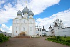 Antagandedomkyrka i Kreml av Rostov Veliky i den molniga eftermiddagen guld- cirkel russia Arkivbild