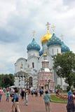 Antagandedomkyrka med kapellet i Treenighet Sergius Lavra Russi Royaltyfria Foton