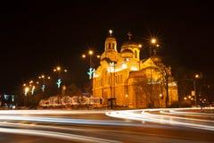 Antagandedomkyrkan i Varna, Bulgarien Upplyst på natten Arkivfoton