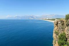 Antalya: Απότομοι βράχοι στην παραλία Konyaalti στην Τουρκία Στοκ Φωτογραφίες