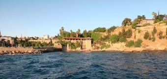 Antalya: Παραλία Mermerli και εστιατόριο με το λιμάνι, τοίχοι πόλεων στο Oldtown Kaleici, Τουρκία Στοκ εικόνα με δικαίωμα ελεύθερης χρήσης