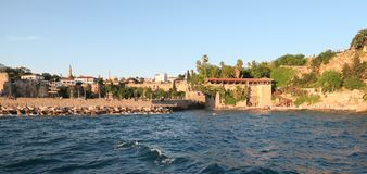 Antalya: Παραλία Mermerli και εστιατόριο με το λιμάνι, τοίχοι πόλεων στο Oldtown Kaleici, Τουρκία Στοκ Εικόνες