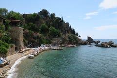 Antalya: Παραλία Mermerli και εστιατόριο με το λιμάνι, τοίχοι πόλεων στο Oldtown Kaleici, Τουρκία Στοκ φωτογραφία με δικαίωμα ελεύθερης χρήσης