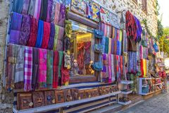 ANTALYA, ΤΟΥΡΚΙΑ - 3 ΟΚΤΩΒΡΊΟΥ 2017: Κατάστημα και αγαθά στην παλαιά πόλη Kaleici Στοκ φωτογραφία με δικαίωμα ελεύθερης χρήσης
