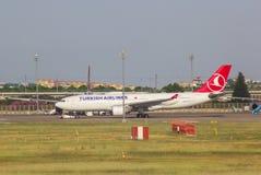 Antalya, die Türkei -20 im Mai 2018; Internationaler Antalya-Flughafen, den das Passagierflugzeug fertig wird sich zu entfernen A lizenzfreie stockbilder