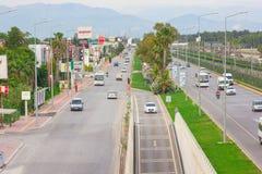 Antalya, die Türkei -18 im Mai 2018; Straße nahe internationalem Antalya-Flughafen Antalya die Türkei stockfotografie