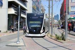 Antalya, die Türkei - 26. Mai 2017: Moderne Tram auf der Stadtstraße stockfoto