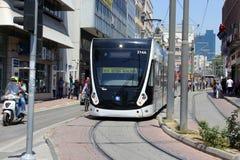 Antalya, die Türkei - 26. Mai 2017: Moderne Tram auf der Stadtstraße stockbild