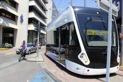 Antalya, die Türkei - 26. Mai 2017: Moderne Tram auf der Stadtstraße lizenzfreie stockfotografie