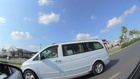 ANTALYA - die TÜRKEI am 5. Oktober 2014 - Seitenspiegel beim Auto-Fahren heraus schauen stock video
