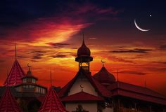 antalya kemer清真寺日落火鸡 城市克里姆林宫横向晚上被反射的河 免版税库存图片