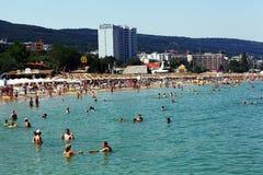 Antalya TURCJA, LIPIEC, - 22: Wyrzucać na brzeg na Europejskich brzeg dla pływać na Lipu 22, 2014 Zdjęcia Royalty Free