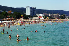 Antalya TURKIET - JULI 22: Strand på europékusterna för att simma på Juli 22, 2014 Royaltyfria Foton