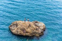 Antalya Turkiet -19 Maj 2018; Den stora stenen i det medelhavs-, barn badar och dyker från stenen antalya kalkon Fotografering för Bildbyråer