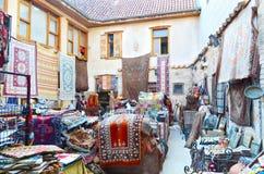 Antalya Turkiet, Maj 10 05 2018 Lagermattor och gammal saker i eastenstaden Arkivfoton