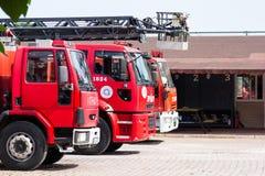 Antalya TURKIET - 17 MAJ, 2018: Röd firetruck med räddningsaktionstegeanseende på gatan av staden nära firehouse arkivfoton